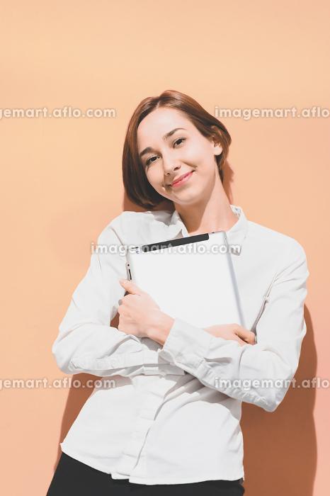 タブレットPCを持つ若い女性の販売画像