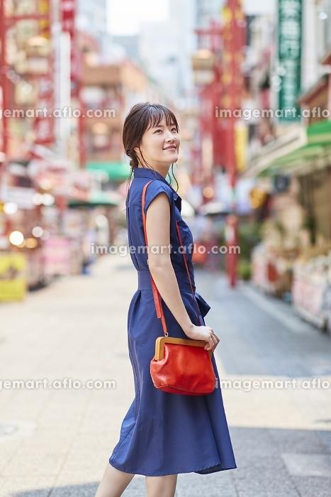 中華街を観光する日本人女性の販売画像
