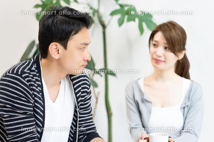 会話する夫婦(喧嘩・不機嫌)の販売画像
