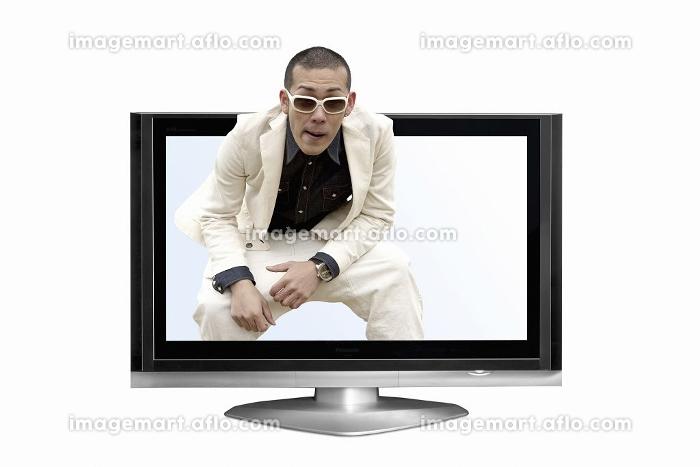 液晶テレビから出てくる男性