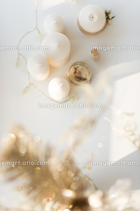 Christmas interior in natural light of sunny day. Candles and garland. Top Viewの販売画像