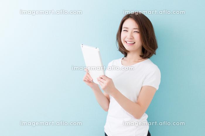 タブレットを見る女性の販売画像