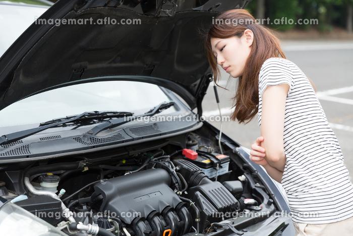 女性と自動車 故障の販売画像