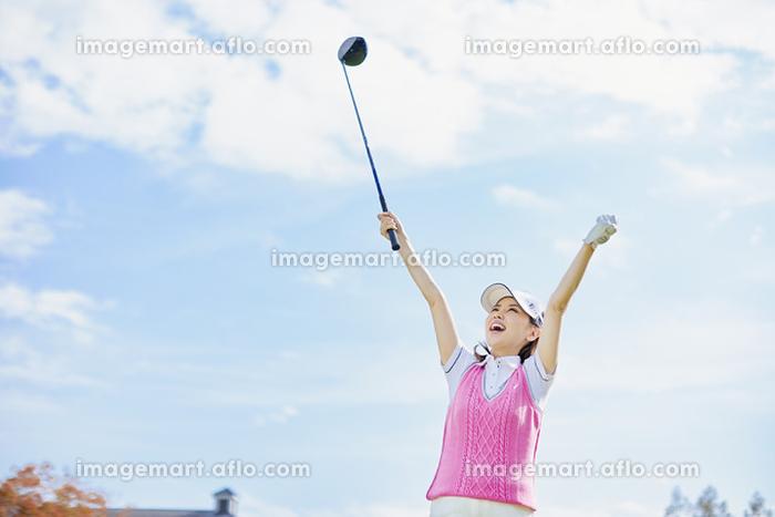 ゴルフ ガッツポーズをするゴルファー