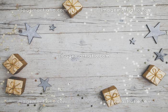 weihnachtlicher gray wooden background with decorationの販売画像