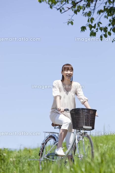 自転車に乗る女性の販売画像