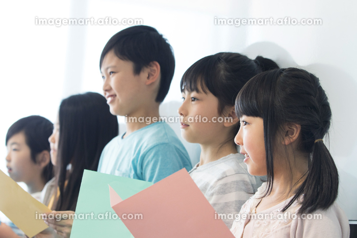 音楽の授業を受ける小学生
