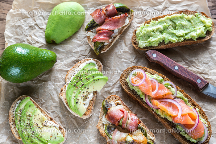 Toasts with avocado and different toppingsの販売画像