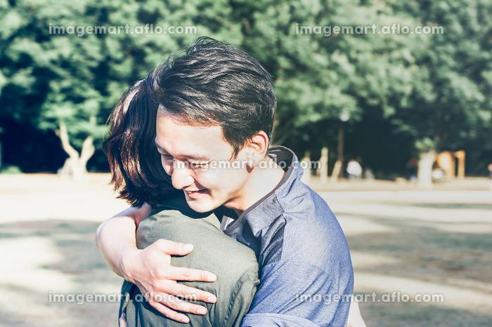 抱き合うカップルの販売画像