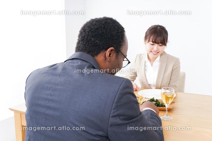 食事を楽しむビジネスパーソンたちの販売画像