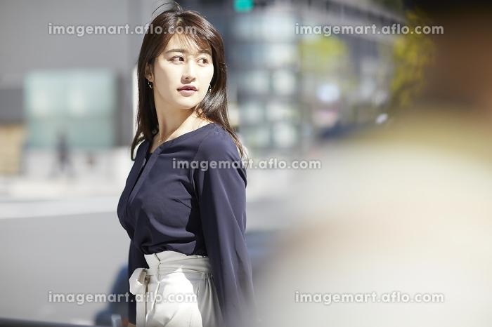 振り返る日本人女性のポートレート