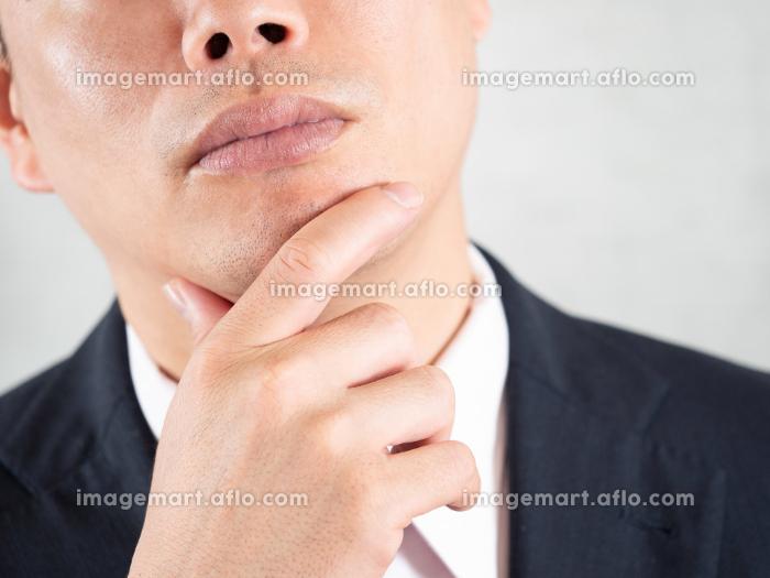 ヒゲ脱毛について考える男性ビジネスマンの販売画像