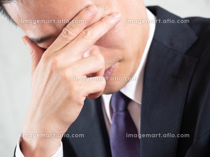 ヒゲ脱毛をして後悔する男性ビジネスマンの販売画像