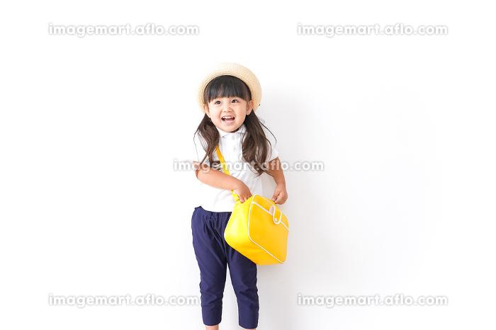 幼稚園に行く子供の販売画像