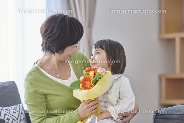 花束を孫からもらう祖母