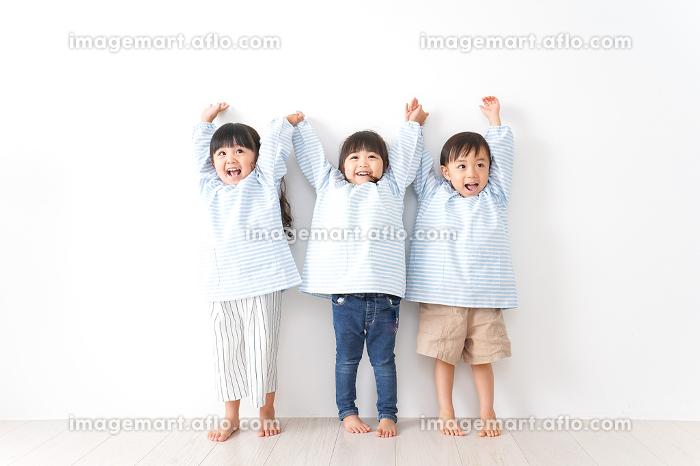 幼稚園で遊ぶ子どもの販売画像