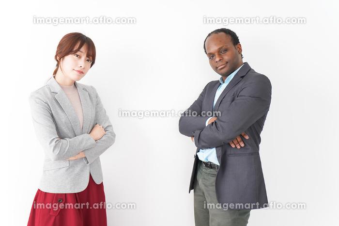 腕を組む2人のビジネスパーソンの販売画像