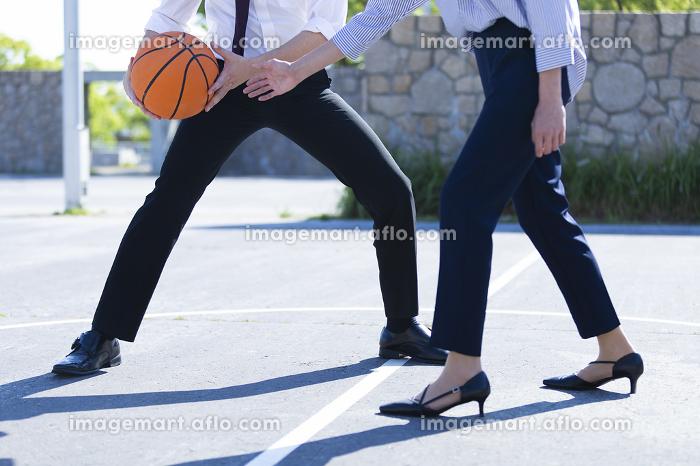 バスケをする男女の販売画像