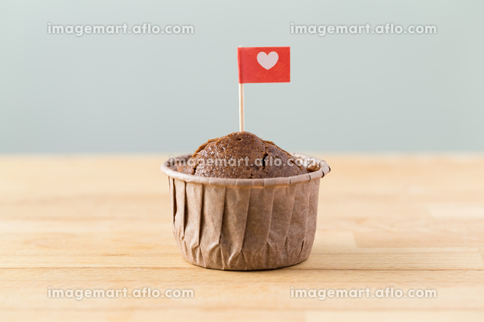 Flag on muffin with a heart shapeの販売画像