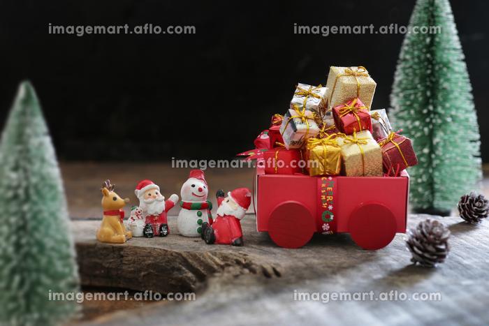 森の中に置かれたサンタクロースが持ってきたクリスマスプレゼントの販売画像