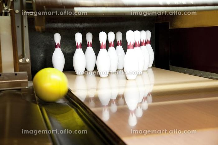 ガターレーンに落ちるボウリング球の販売画像