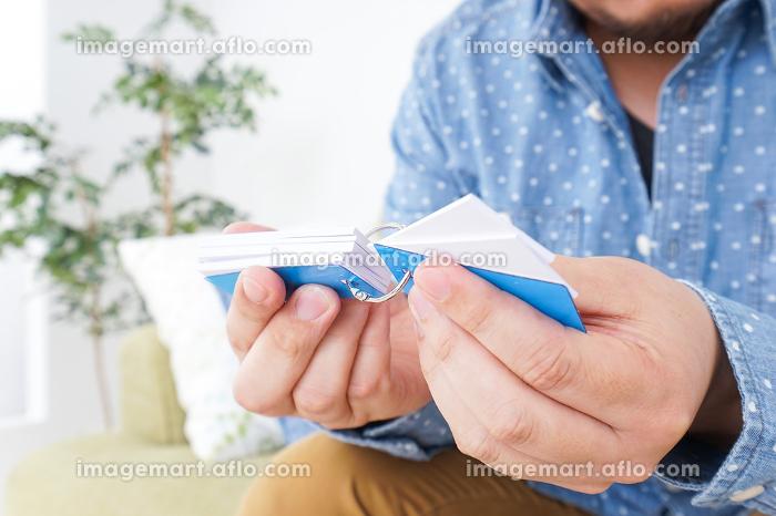 語学学習をする男性の販売画像