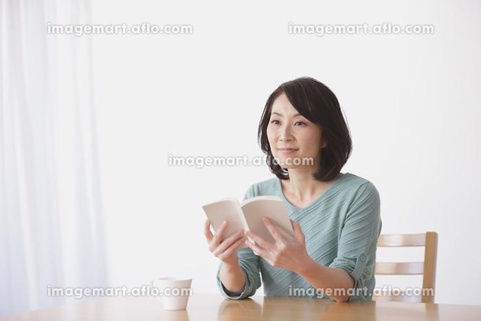 読書をする40代日本人女性の販売画像