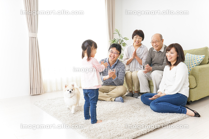 お遊戯をする子供と仲良しの家族