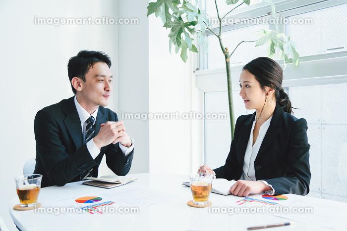 ビジネスイメージ・ミーティング・男性と女性の販売画像