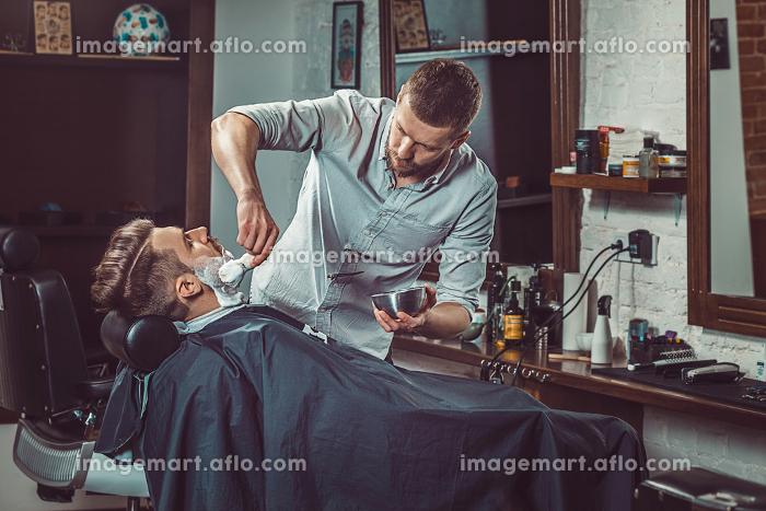Hipster client visiting barber shopの販売画像