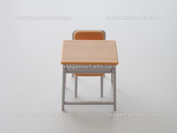 正面から見る机と椅子の販売画像