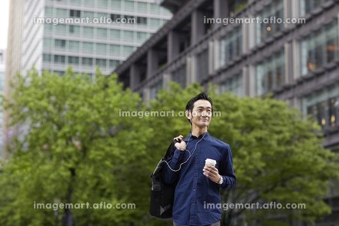 コーヒーを持つ日本人男性の販売画像
