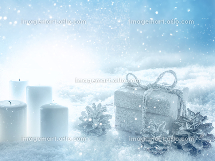 Candles and a gift in snowy winterの販売画像