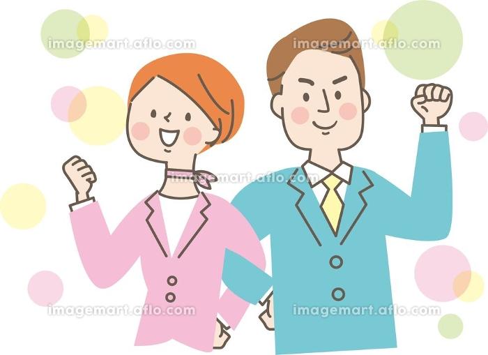 腕を組んで笑顔の若い男性と女性