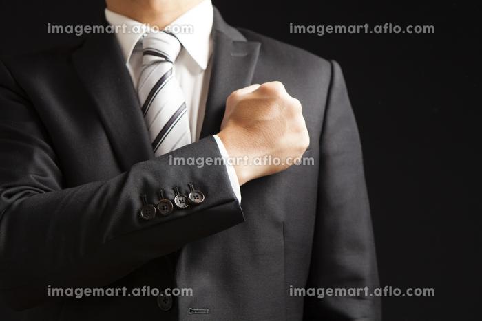 拳を胸にあてるビジネスマンの販売画像