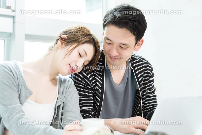 男性の肩で眠る女性の販売画像