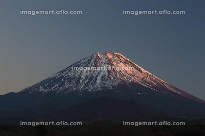 精進湖から夕日に染まる富士山