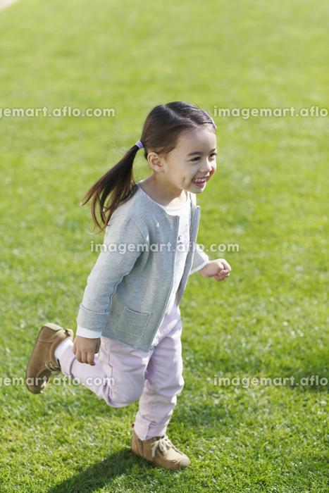 楽しそうに公園を走る女の子の販売画像