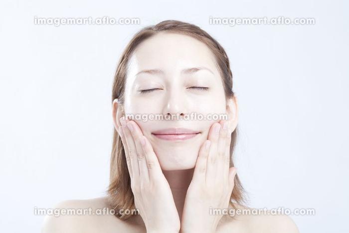 化粧水をつける女性の販売画像