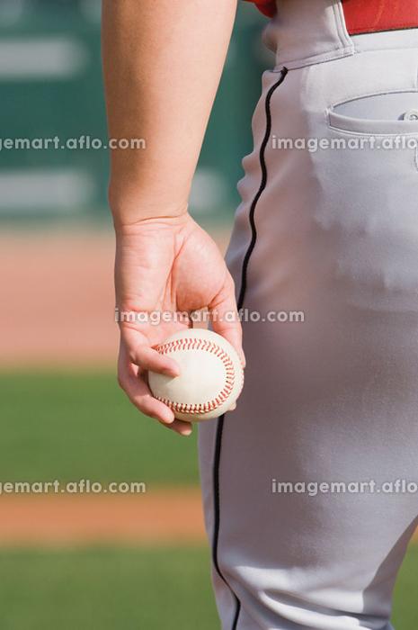 野球ボールを持つ手の販売画像