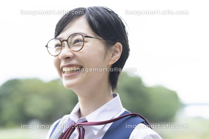 笑顔で通学する女子高生の販売画像