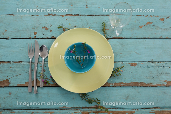 Crockeries and kitchen ware on weathered tableの販売画像