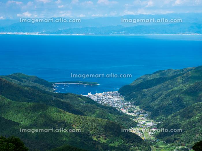 西伊豆スカイラインの展望台から見た戸田の町と駿河湾の風景 日本 9月下旬の販売画像