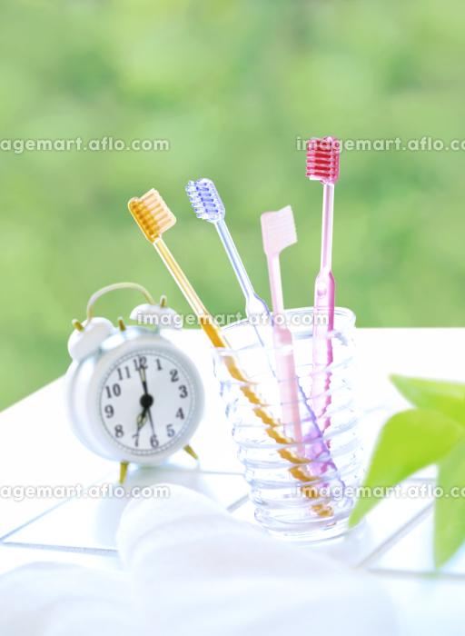 4本の歯ブラシと目覚まし時計の販売画像