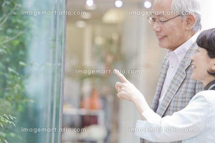 ウィンドーショッピングを楽しむ日本人の老夫婦