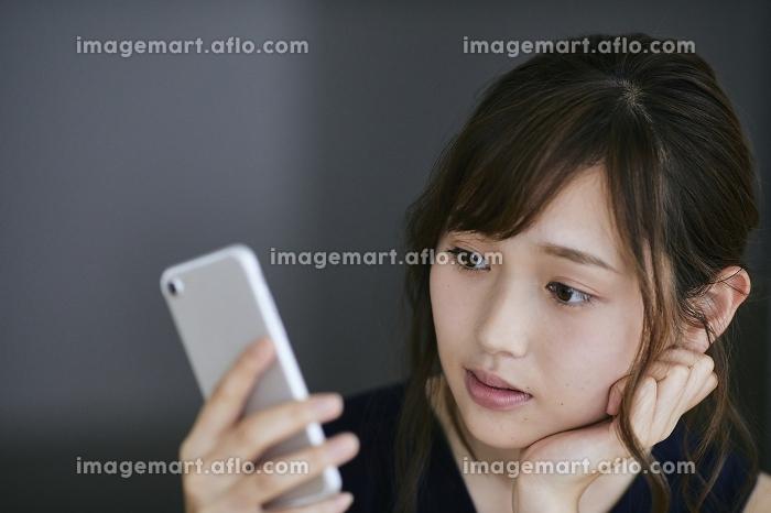 スマホを見る日本人女性