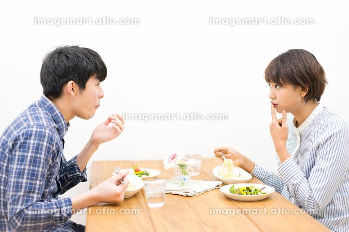 幸せなカップルの食事風景の販売画像