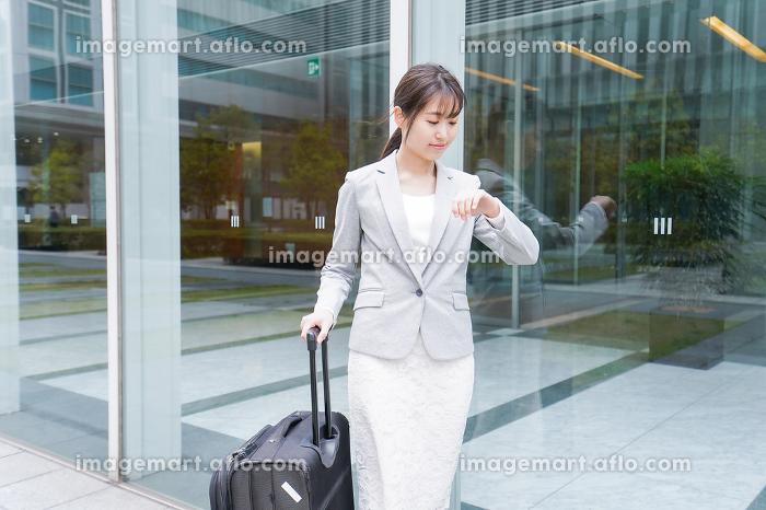 出張をする若いビジネスウーマンの販売画像