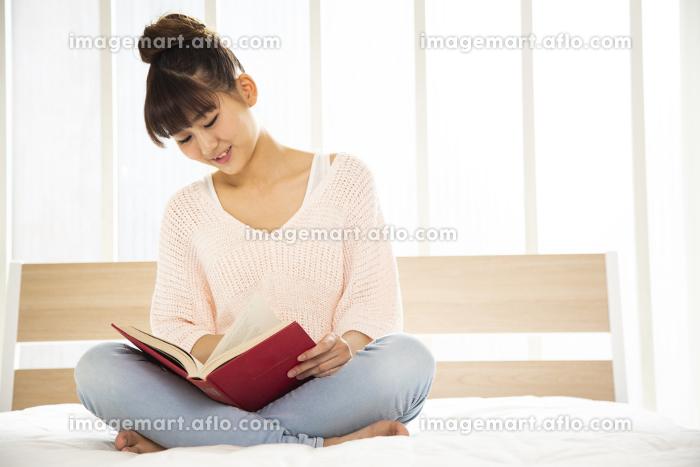 本を読む日本人女性の販売画像