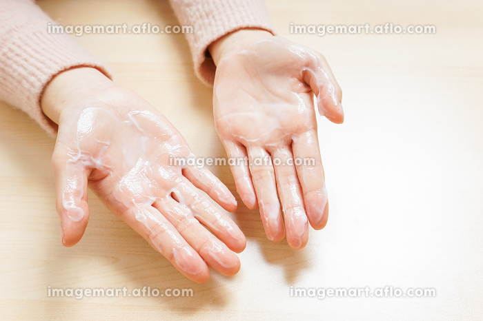クリームを塗る手の販売画像